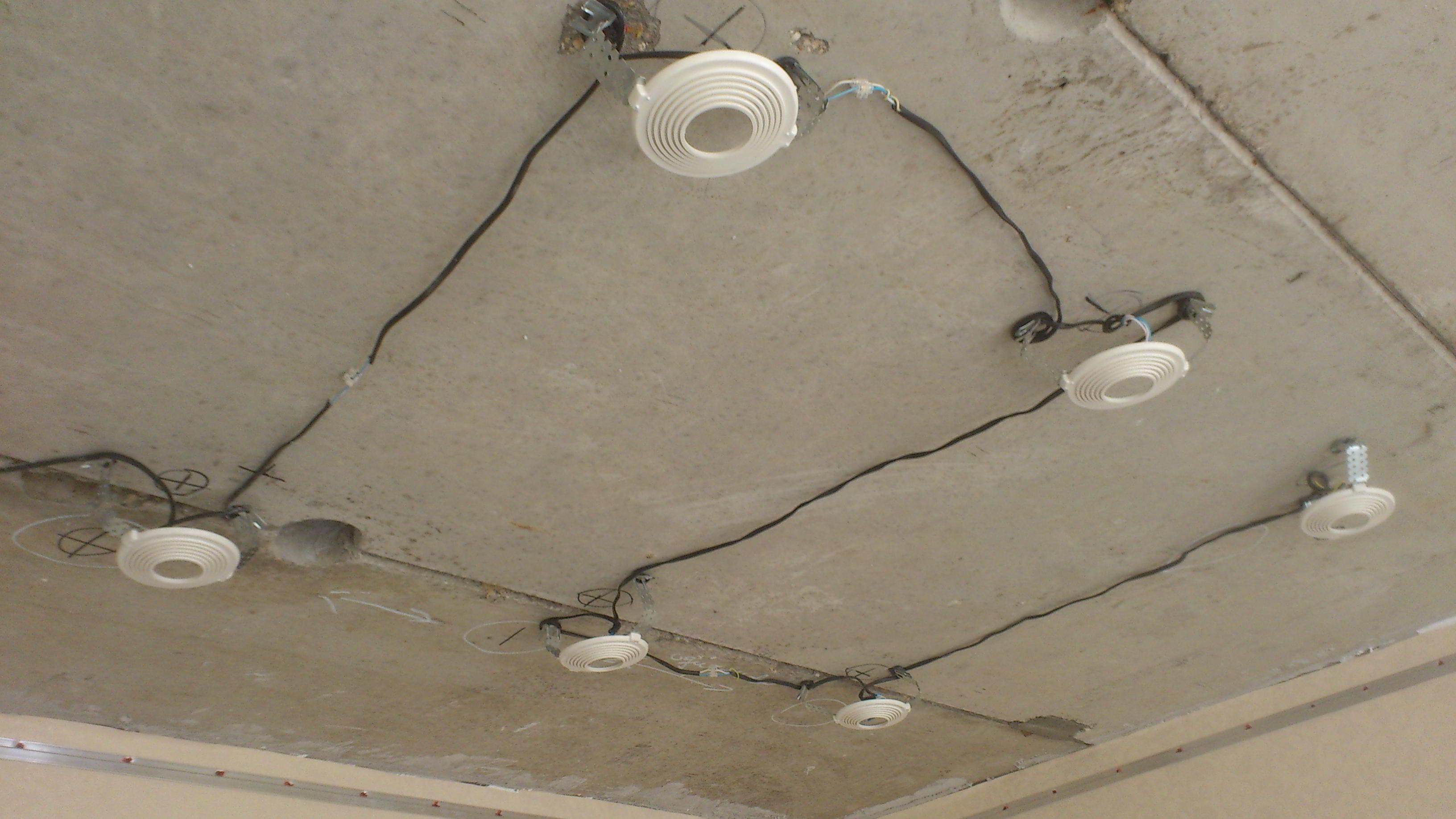 Как повесить люстру на натяжной потолок, подробное пояснение