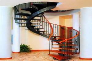 Выбираем и устанавливаем лестницу в доме