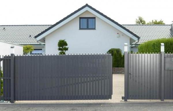 Получите советы профессионала по выбору между виниловым забором или алюминиевым