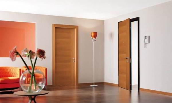 Металлические двери, отделанные дубом – двери для элитных помещений