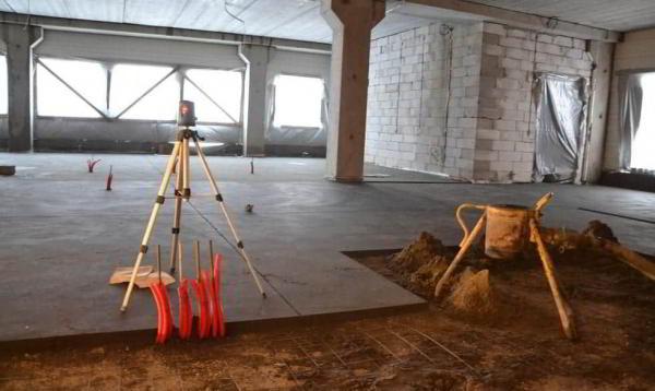 Выравнивание пола цементно-песчаной смесью: заливка стяжки