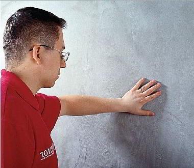 Почему отклеиваются обои от стены и на стыках?