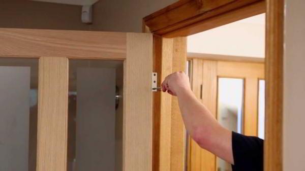 Несколько советов, как отремонтировать дверь в квартире