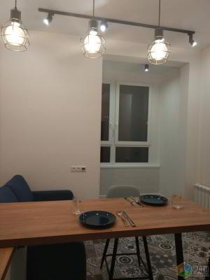 Белый кирпич, дерево, белая кухня — старый тренд, который нам нравится )