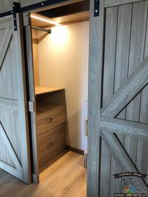 Многофункциональный шкаф с амбарными дверями
