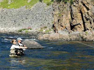 Что женщины делают на рыбалке?